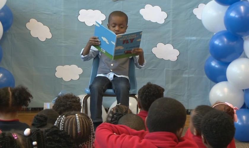 Jordan Ford escreveu um livro na esperança de inspirar os outros a enfrentar desafios da vida. (Foto: Reprodução/WISN)