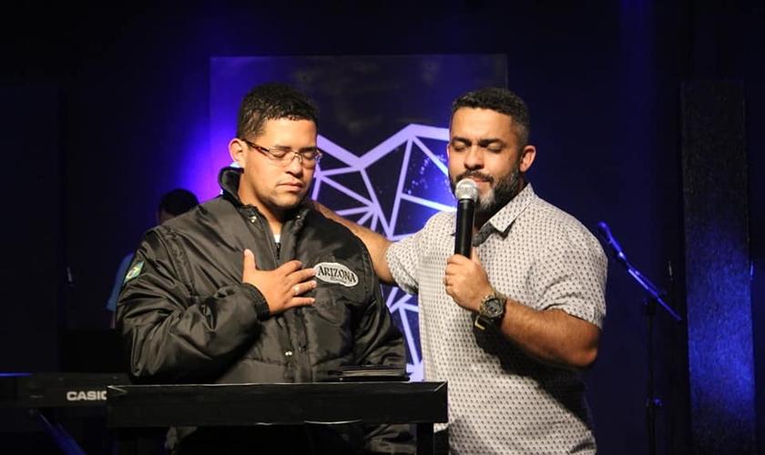 O motoboy Caíque Guilherme Santos recebeu uma oração do pastor da Igreja Metodista Wesleyana. (Foto: Facebook/Wesleyana SJC)