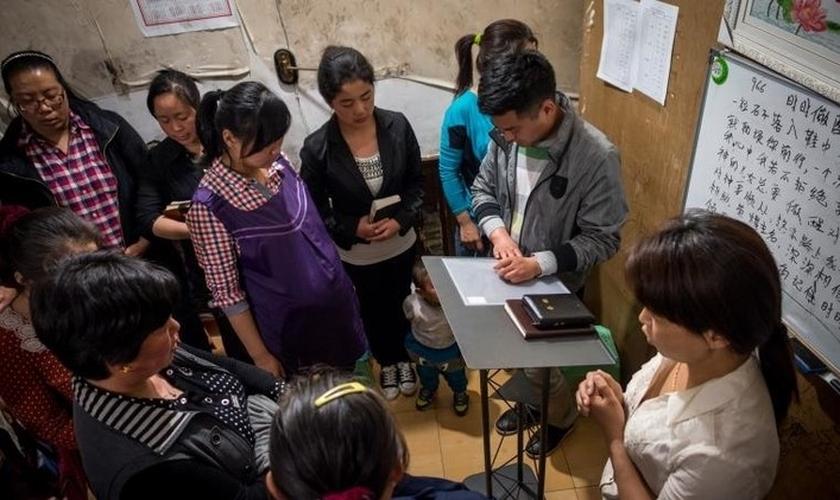 Cristãos chineses se reúnem para oração e adoração a Deus. (Foto: Reprodução/Reuters)