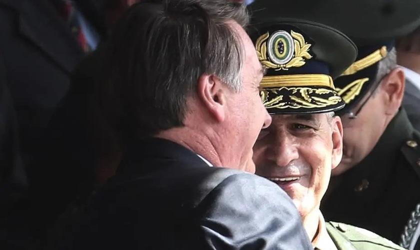 Presidente Jair Bolsonaro cumprimenta o general Luiz Eduardo Ramos. (Foto: Werther Santana/Estadão)