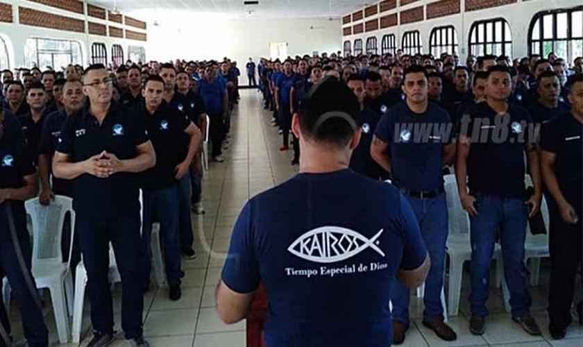 Reunião realizada pelo Ministério Kairós na prisão La Modelo. (Foto: Reprodução/TN8 TV/Joy News)