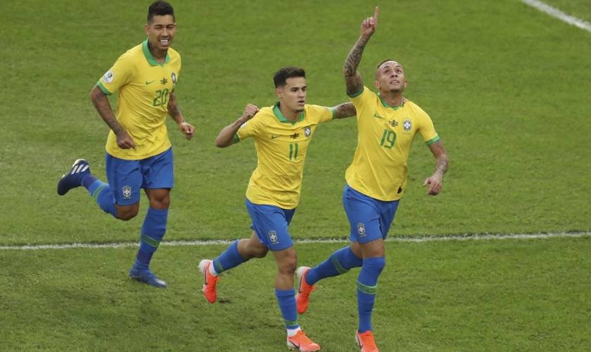 Everton Cebolinha celebra gol junto a Coutinho. (Foto: Natacha Pisarenko/AP)