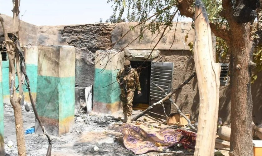 Casas destruídas no Mali por extremistas islâmicos. (Foto: Reprodução/Middle East Eye)
