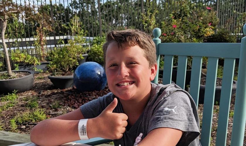 Levi Floyd, de 12 anos, sobreviveu a um afogamento na praia de Holden Beach, na Carolina do Norte, nos EUA. (Foto: Arquivo Pessoal)