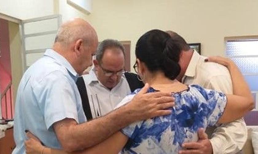 Líderes da Aliança Evangélica Cubana reuniram-se em oração, três foram impedidos de viajar. (Foto: Reprodução/CSW)