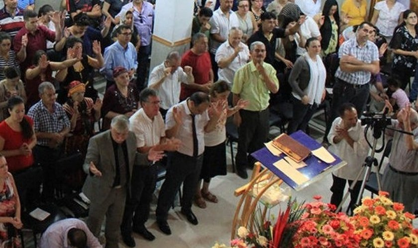Cristãos argelinos durante culto na igreja. (Foto: Reprodução/SAT-7)