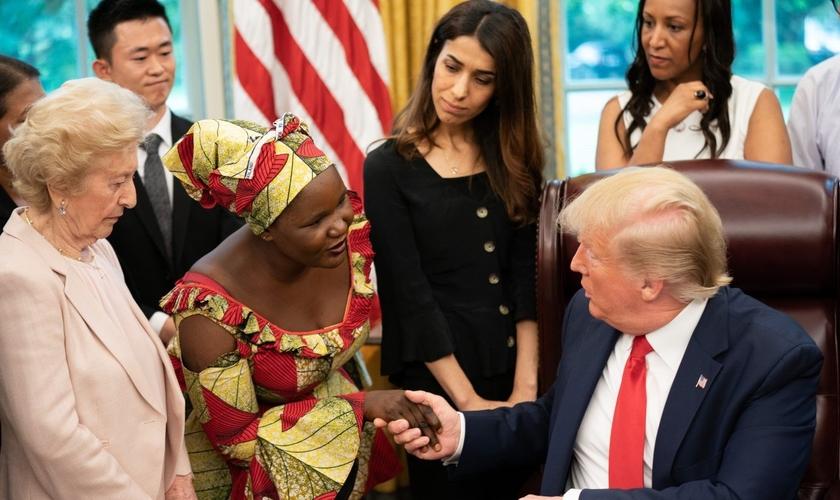 Esther cumprimenta o presidente dos EUA, Donald Trump, na Casa Branca. (Foto: Reprodução/The White House)