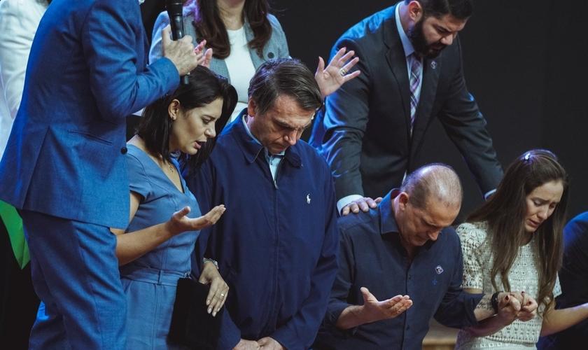 Presidente Jair Bolsonaro recebe oração ao lado da primeira-dama, do ministro Onyx  Lorenzoni e sua esposa. (Foto: Gabriel de Souza/Sara Nossa Terra)