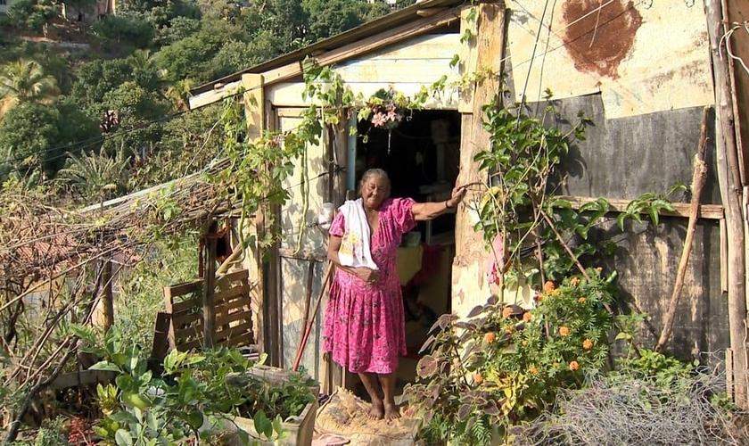A aposentada mora em um barraco de madeira com a neta. (Foto: Reprodução/TV Gazeta)