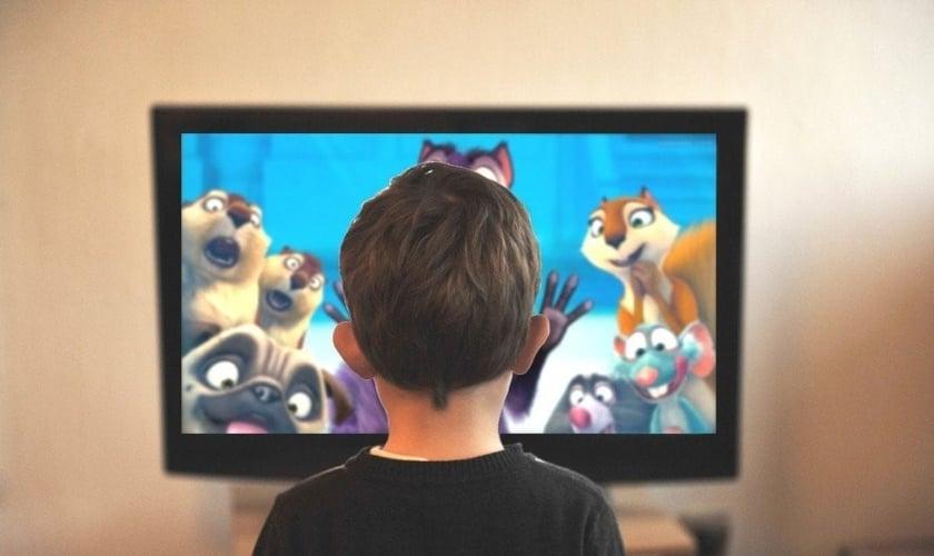 Imagem ilustrativa de criança assistindo TV. (Foto: Reprodução/Ciara-pics)