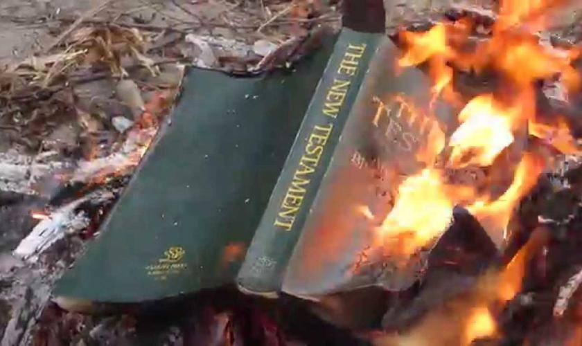 Perseguição cristã inclui vilipêndio a objetos da fé cristã, como Bíblias. (Foto: Reprodução/DC Gazette)