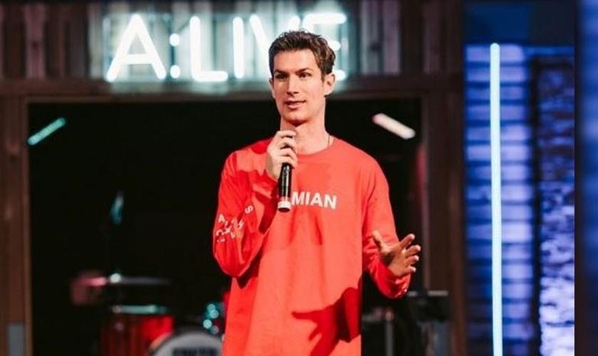 Ben Courson durante pregação. (Foto: Reprodução/PureFlix)
