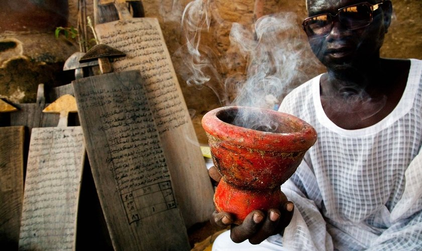 Bruxo preparando ritual de feitiçaria. (Foto: UNAMID/Albert Gonzalez Farran)
