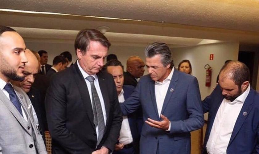 Pastor Jentezen Franklin em oração pelo presidente Jair Bolsonaro nos bastidores da Conferência Global 2019. (Foto: Jentezen Franklin)