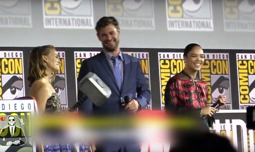 Natalie Portman com o martelo do Thor na apresentação do filme na San Diego Comic-Con. (Foto: Reprodução/YouTube)