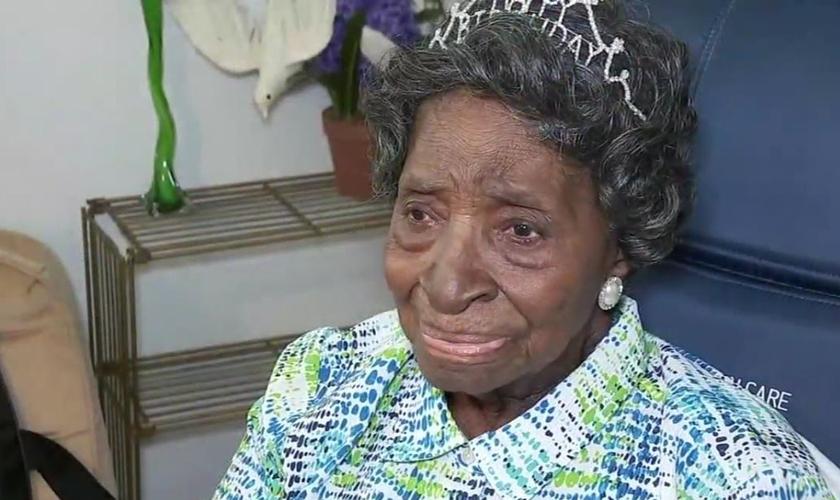 Elizabeth Francis comemorando seus 110 anos. (Foto: Reprodução/ABC 13 Vídeo)