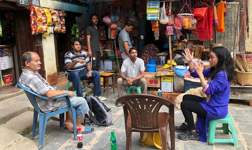 Surdos ouvem histórias bíblicas no Sul da Ásia. (Foto: Reprodução/IMB)