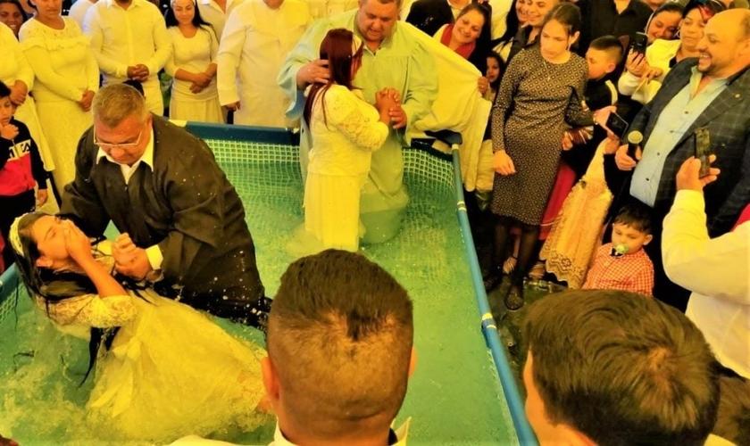 Jovens sendo batizados em aldeia, na Romênia. (Foto: Reprodução/TEN)