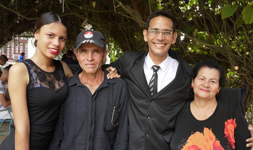 Pr. Ricardo Fernandez Izaguirre (terceiro à direita). (Foto: Reprodução/CSW)