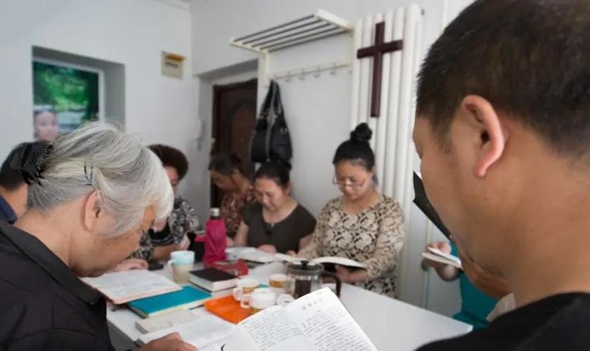 Cristãos protestantes se reúnem para a oração na igreja casa Holy Love em Pequim. (Foto: Saša Petricic/CBC).