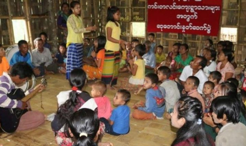 Grupo de cativos pelo Exército de Arakan inclui crianças. (Foto: Reprodução/ Khonumthung News)