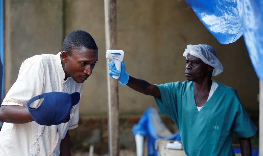 Trabalho de detecção de vírus no Congo. (Foto: Reprodução/Reuters)