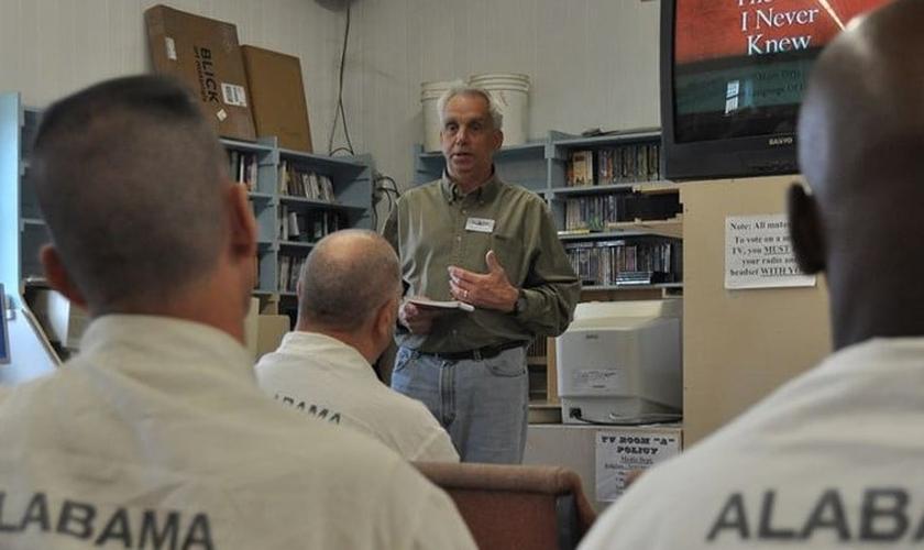 Frank Gossett durante ministração na prisão do Alabama. (Foto: Reprodução/US Mission)