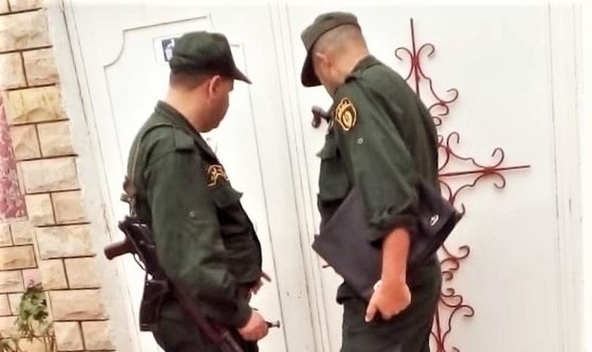 Polícia durante fechamento de igreja cristã, na vila de Azaghar, Akbou, Argélia. (Foto: Reprodução/Morning Star News)