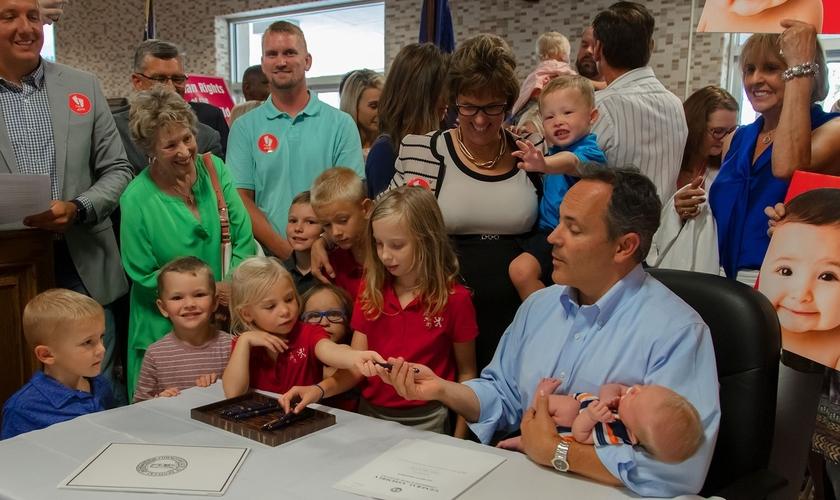 Governador do Kentucky, Matt Bevin, assinou quatro projetos pró-vida. (Foto: Reprodução/Owensboro Times)