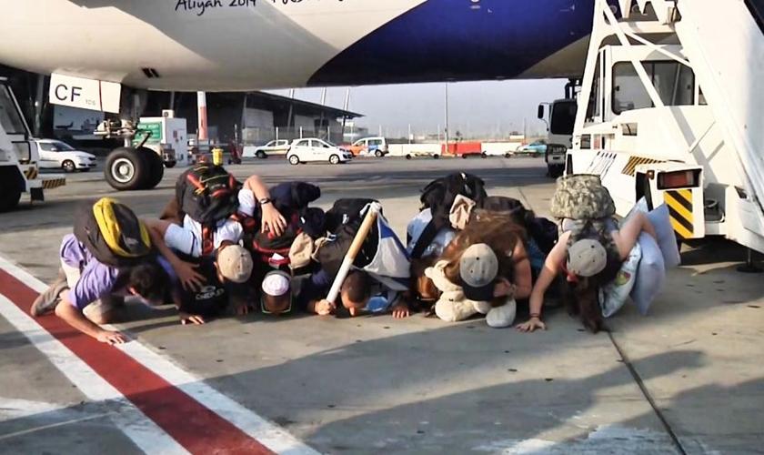 Descendentes de judeus beijam o chão ao chegarem a Israel. (Foto: Reprodução/Agência Judaica)