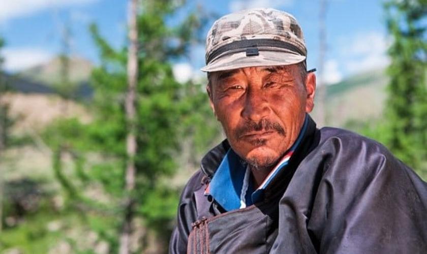 Um cristão da Ásia Central compartilha seu testemunho. (Foto: reprodução/FEBC)