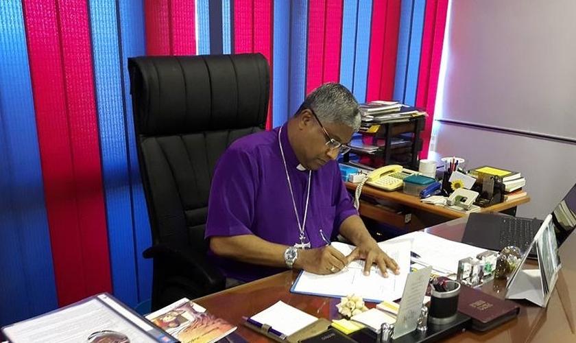 Pastor Asiri Perara em seu gabinete pastoral. (Foto: Reprodução/Facebook)