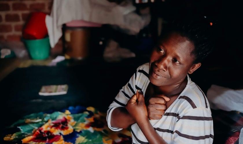 Africana surda evangelizada por linguagem de sinais. (Foto: Reprodução/Deaf Bible Society)