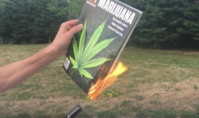 Ex-viciado destrói materiais e queima revista sobre maconha. (Foto: Reprodução/YouTube)