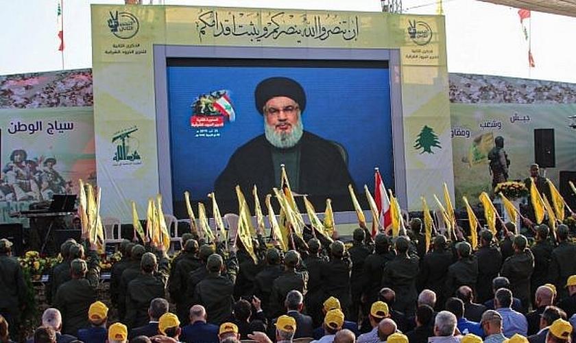 Simpatizantes do grupo terrorista xiita Hezbollah se reúnem para assistir à transmissão de um discurso do líder Hasan Nasrallah, no vale de Bekaa, no Líbano, em 25 de agosto de 2019. (Foto: Reprodução/AFP)
