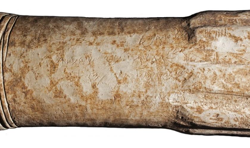 Altar de pedra cilíndrico de 2.800 anos de idade descoberto recentemente em um santuário na antiga cidade de Atarote, na Jordânia. (Foto: Reprodução/Adam Bean)