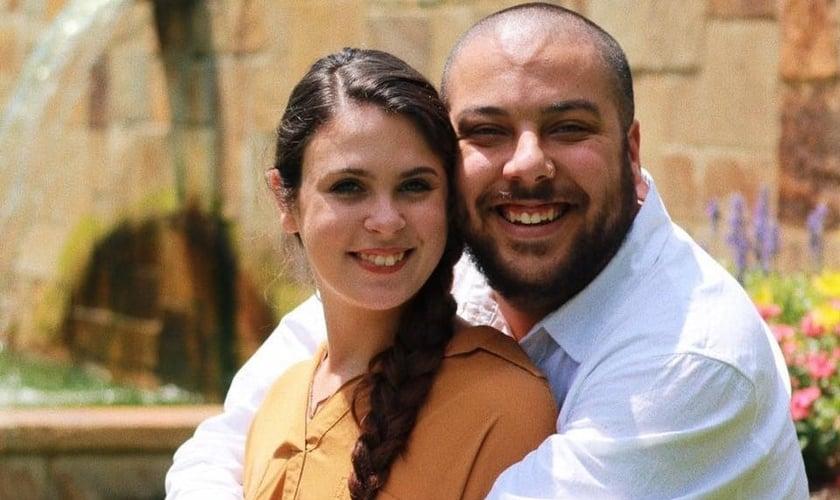 Gabriel ao lado da noiva Madison Kimble. (Foto: Reprodução/unboxedson/Facebook)