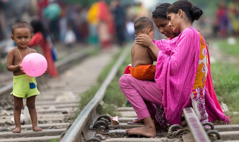 Pessoas vivem junto à linha do trem. (Foto: Reprodução/IMB)