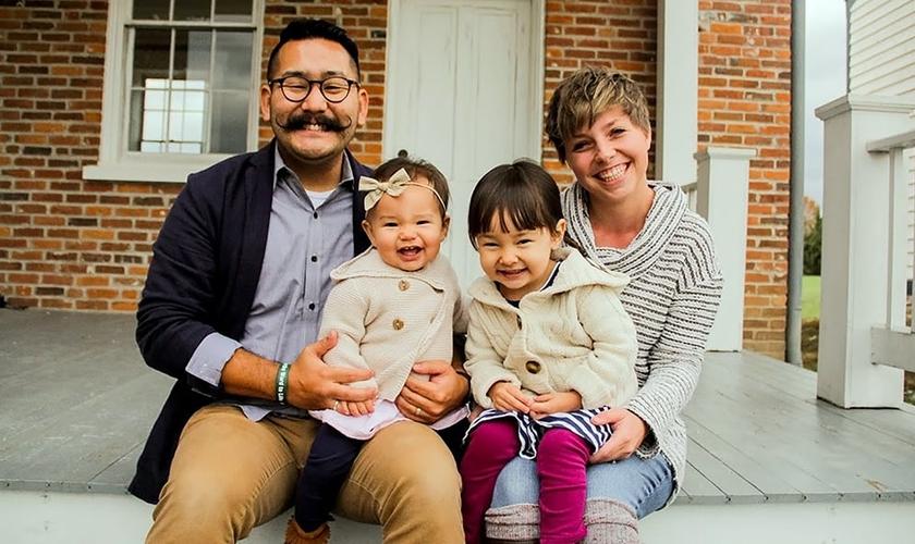 Jonathan Hayashi e sua esposa Kennedi têm duas filhas, Kaede e Anna, e estão adotando um menino na Bulgária. (Foto: Reprodução/BP Press)
