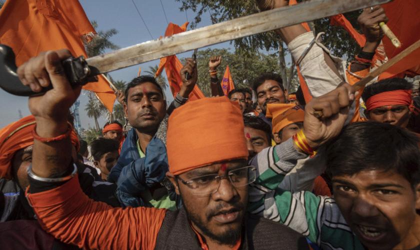 Extremistas hindus usam espadas para ameaçar os cristãos. (Foto: Reprodução/Mainichi)