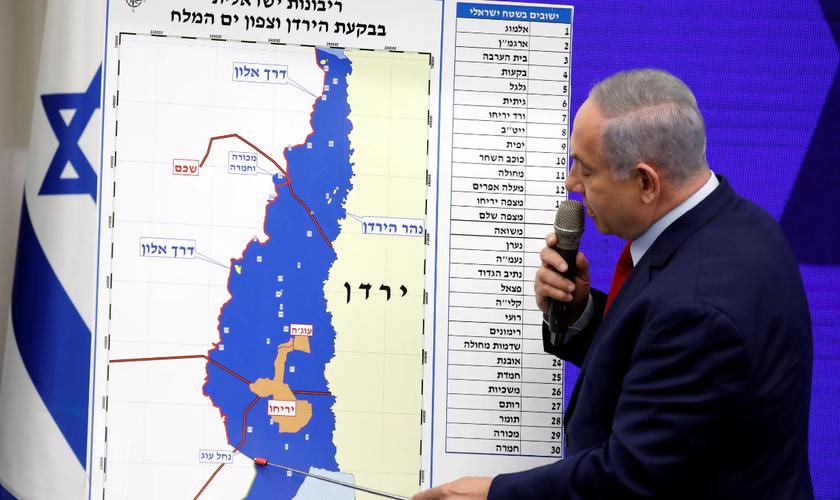 Benjamin Netanyahu, mostra áreas da Cisjordânia que pretende incorporar ao controle israelense. Região percorre a fronteira com a Jordânia. (Foto: Amir Cohen/Reuters)