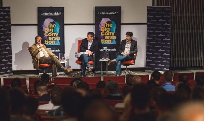 Alister McGrath (à esquerda) debatendo Deus e religião com Bret Weinstein (à direita). (Foto: Reprodução/Premier Christian Radio)