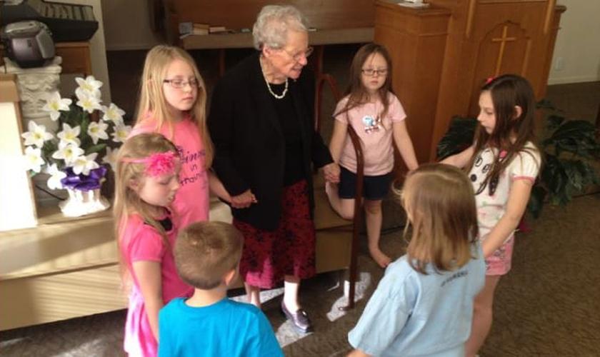 Além de ministrar em um lar de idosos, Buena Huffman ensina crianças em sua igreja. (Foto: AG News)