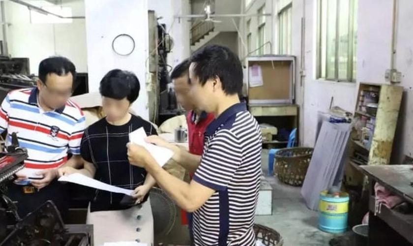 Uma gráfica na província de Guangdong é inspecionada por autoridades. (Foto: Reprodução/Bitter Winter)