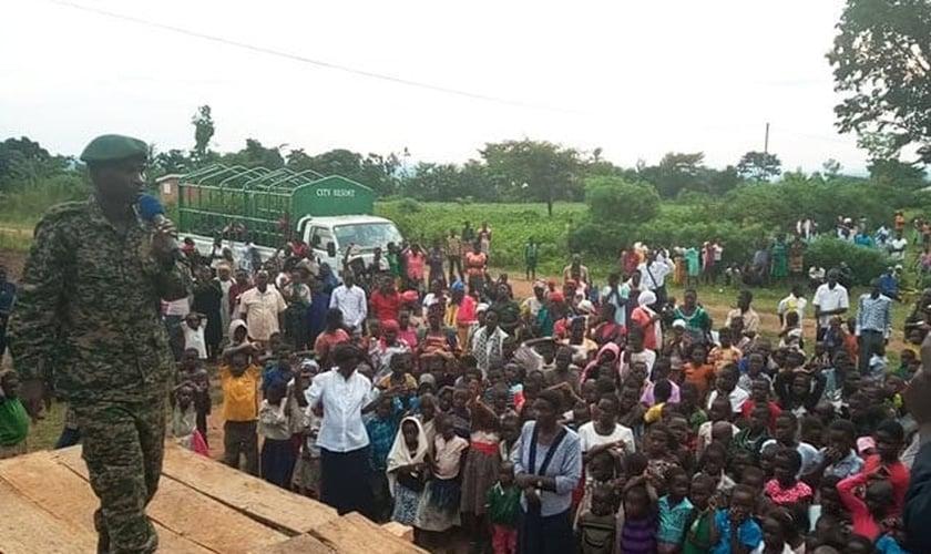 :  O capitão Ivan Aggrey Kajuba ora pelas pessoas que participam da cruzada evangelística em Butaleja. (Foto: Reprodução/UGN)