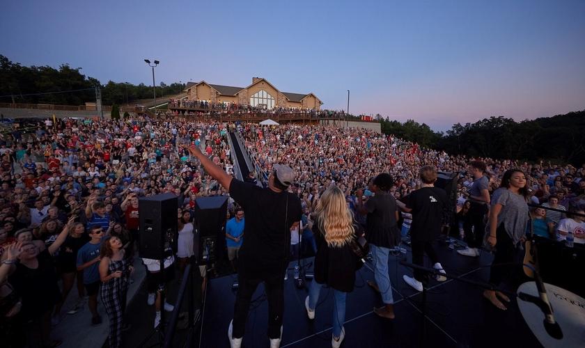 Milhares de estudantes da Liberty University se encontram para adorar a Deus ao ar livre. (Foto: Reprodução/Liberty University))