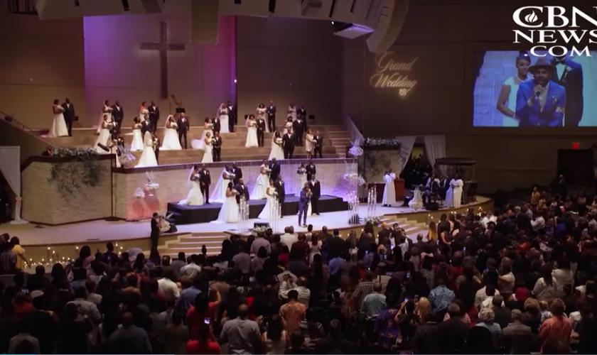 Casamento coletivo na igreja Concord Church em Dallas. (Foto: Reprodução/CBN News)