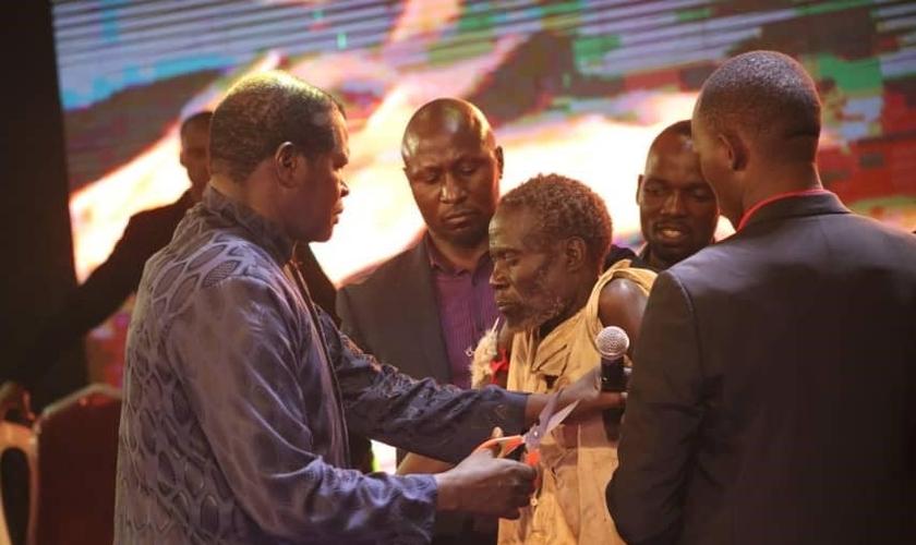 """Ali Kirunda se volta para Cristo durante o evento de avivamento """"77 dias de glória"""", em Uganda. (Foto: Reprodução/UG News)"""