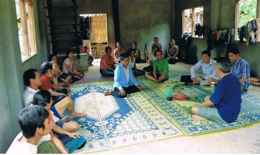 Igreja de Cristo na vila de Ban Na Ang, província de Luang Prabang, reunida com os membros para estudo bíblico de duas horas. (Foto: Reprodução/Netherwoodpark)