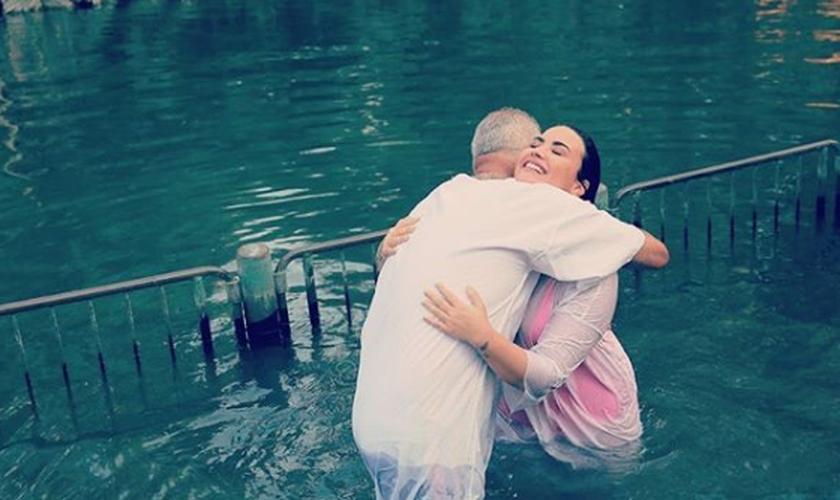 Demi Lovato foi batizada no rio Jordão, durante viagem a Israel. (Foto: Reprodução/Instagram)